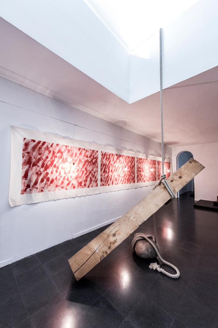 Fondazione Mudima, Milano, Maggio 2015, K. Yoshida - Cut-off (Hang), 1969/1995, trave di legno 300x30x30 cm, corda di lunghezza variabile, pietra 60x45x30 cm . © Foto di Fabio Mantegna per Fondazione Mudima