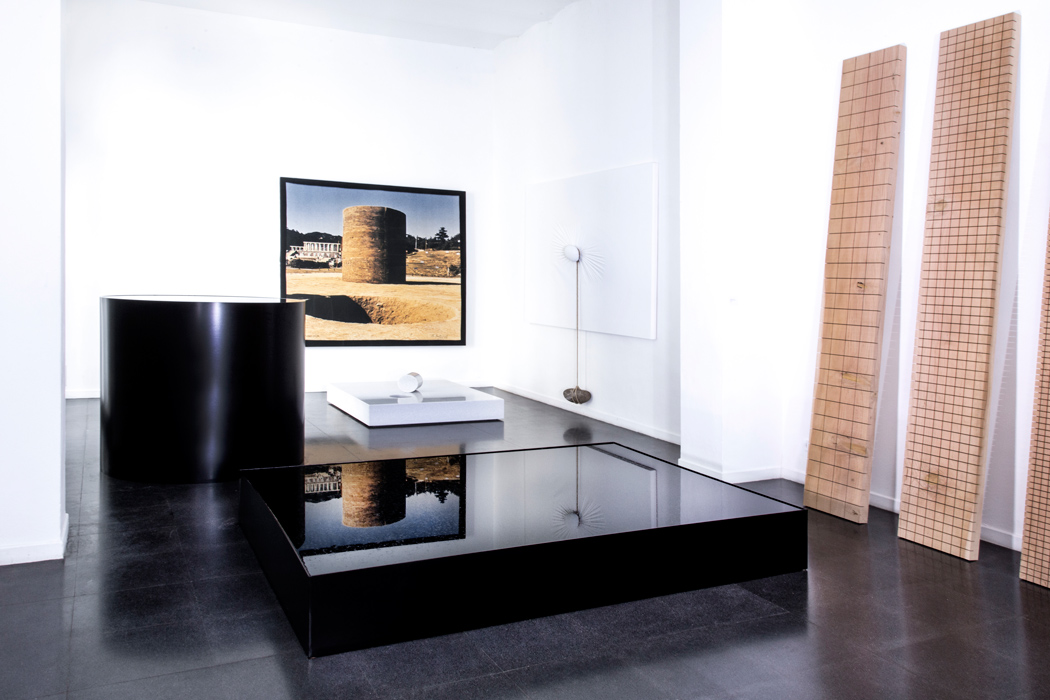 Fondazione Mudima, Milano, Maggio 2015, N. Sekine - Phase of Nothingness – Water, 1969/1995, acciaio smaltato, acqua, h120 cm, diametro 120, cm 30x213x160 cm. N. Sekine, Phase – Mother Earth, 1968, 197x197 cm, foto d'epoca su legno. N. Sekine, Phase of Nothingness – Mother Earth, 1970/2015, marmo bianco 21x120x140 cm. N. Sekine, Phase of Nothingness – Cloth and Stone, 1970/1995 tela dipinta, corda, pietra, 242x227 cm. © Foto di Fabio Mantegna per Fondazione Mudima
