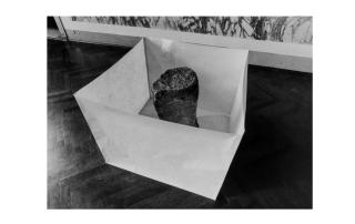Susumu Koshimizu - Paper - 1969, carta, pietra. Foto di E. Cattaneo.
