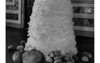 Lee Ufan - Relatum - 1969/1995, pietra, cotone, dimensioni variabili. Dalla mostra Asiana, Venezia 1995. Foto di E. Cattaneo.
