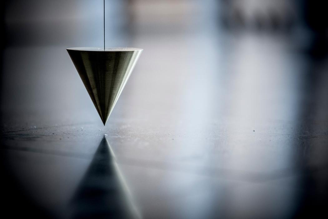 Fondazione Mudima, Milano, Maggio 2015, S. Koshimizu - Perpendicular line, 1969/2015, ottone, filo d'acciaio. © Foto di Fabio Mantegna per Fondazione Mudima