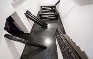 Fondazione Mudima, Milano, Maggio 2015, N. Takayama - Underground zoo, 1968-2015, travi di legno, dimensioni variabili (ognuna 250x21x13,5 cm). © Foto di Fabio Mantegna per Fondazione Mudima