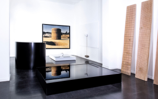 Fondazione Mudima, Milano, Maggio 2015, N. Sekine - Phase of Nothingness – Water, 1969/1995, acciaio smaltato, acqua, h120 cm, diametro 120, cm 30x213x160 cm. N. Sekine, Phase – Mother Earth, 1968, 197x197 cm, foto d'epoca su legno. N. Sekine, Phase of Nothingness – Mother Earth, 1970/2015, marmo bianco 21x120x140 cm. N. Sekine, Phase of Nothingness – Cloth and Stone, 1970/1995 tela dipinta, corda, pietra, 242x227 cm. © Foto di Fabio Mantegna per Fondazione Mudima