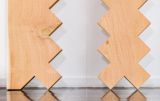 Fondazione Mudima, Milano, Maggio 2015, S. Koshimizu - From Surface to Surface, 1971/1995, 15 elementi (ognuno 300x40x3 cm), legno. S. Koshimizu - Perpendicular line, 1969/2015, ottone, filo d'acciaio. © Foto di Fabio Mantegna per Fondazione Mudima