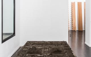 Fondazione Mudima, Milano, Maggio 2015, N. Haraguchi - Untitled, 1970/2015, mattoni di cemento, sabbia, olio usato per motori, 30 x 180 x 240 cm. © Foto di Fabio Mantegna per Fondazione Mudima