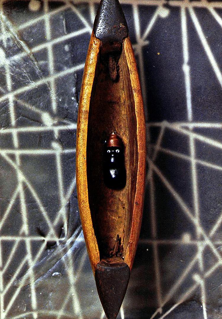 Dittico, Isola di Pasqua, registrazione di una memoria - 2004, tecniche miste su tavola, zinco e cera, 110 x 110 + 25 x 25.